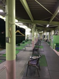 ゴルフスクールの練習席の画像