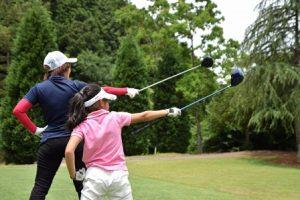 女性ゴルファーが2人写っている画像