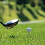 ゴルフでドライバーを打とうとしている瞬間の画像