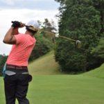 フォロースルーまできっちり振るスイングができているアマチュアゴルファーの画像