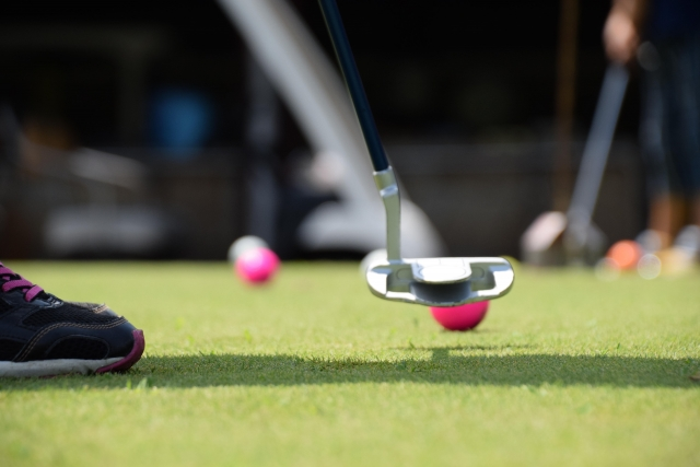 ゴルフのパッティングをしている画像