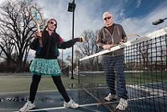 歳の差の離れた外人がテニスをプレイしているところ