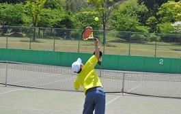 激しくカロリーを消費するようにテニスをプレイしている人