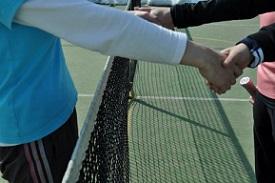 テニスを楽しみながらプレイしている人たち
