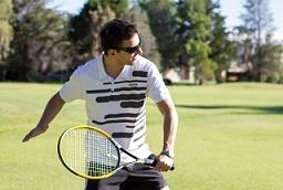 テニスのラリーを楽しんでいる男性