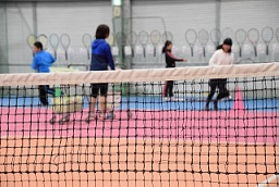 テニスサークルで楽しんでいる男女