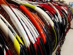 テニスラケット売り場に整然と並べられた最新のラケット